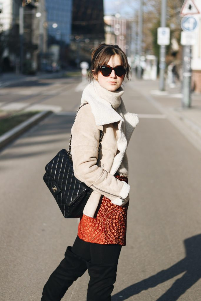 Minirock Winter kombinieren Blog Outfit Ideen Lammfelljacke Overknees