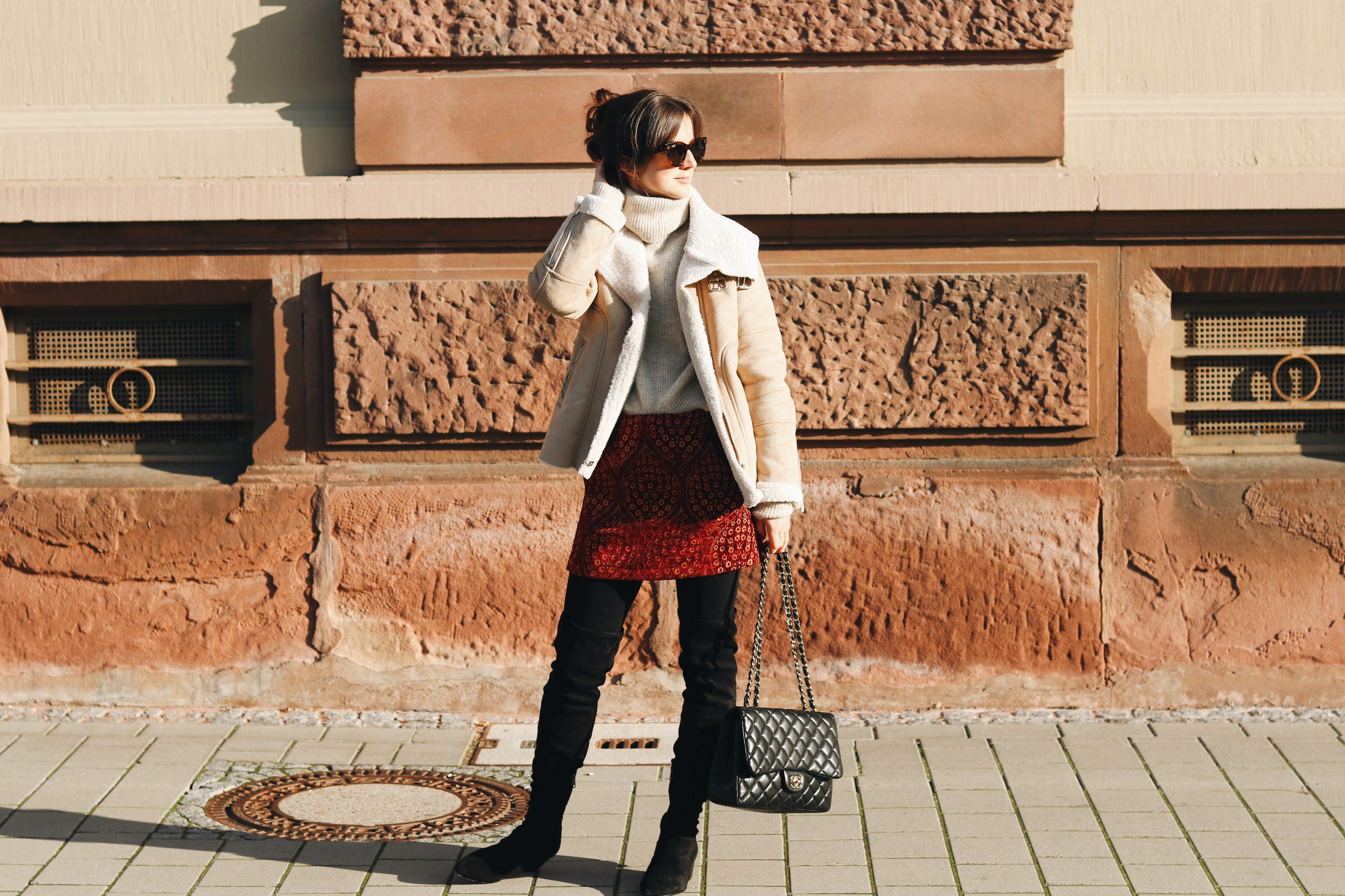 Modeblog Outfit Streetstyle Fashion deutsch Bloggerin Winter Look Lammfelljacke Minirock Chanel Tasche Celine Sonnenbrille