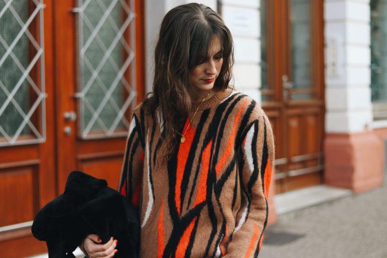 Modeblog Outfit Streetstyle Neele Strickpullover French Chic kombinieren schwarz Felljacke Fashionblog Winter Modebloggerin