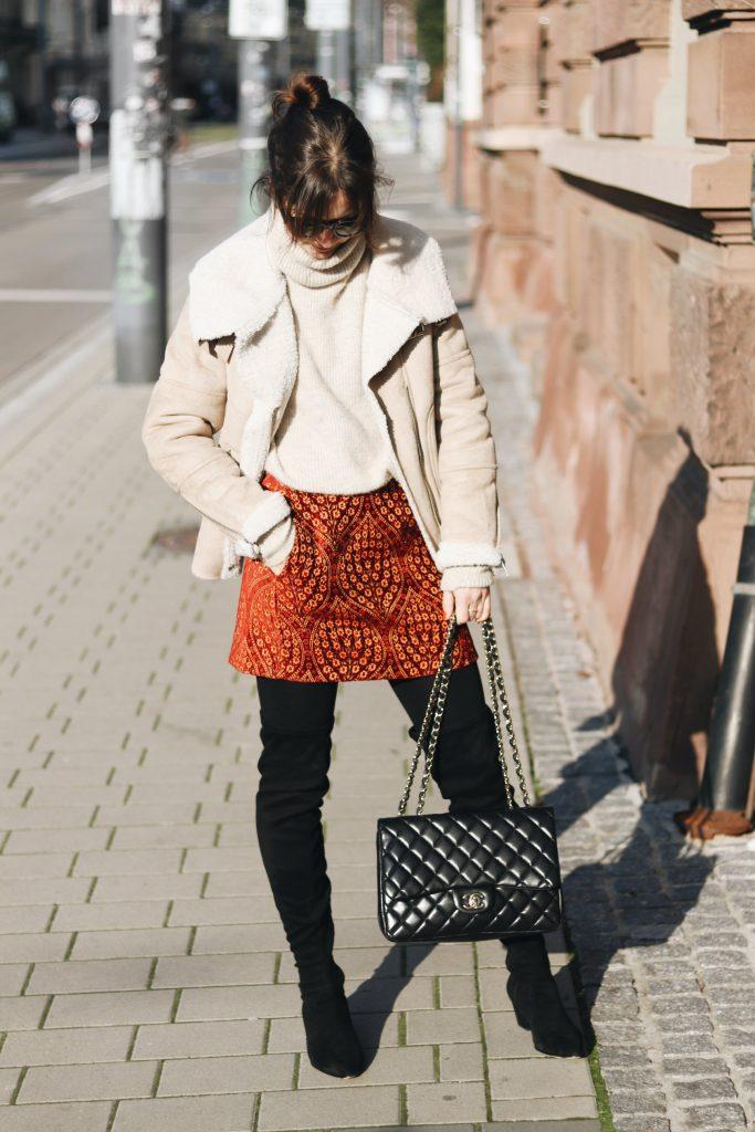 Modebloggerin kombinieren Minrock Outfit Winter Lammfelljacke Chanel Tasche Streetstyle Look Bloggerin