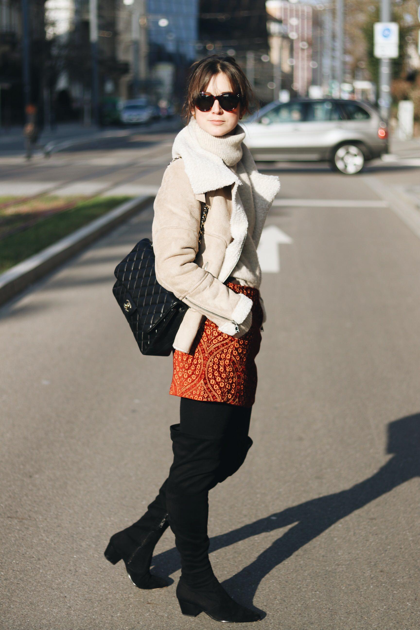 Neele BLoggerin Youtube Modeblog Modetrends Winter Overknees kombinieren Lammfelljacke Minirock Streetstyle die besten Fashionblogs