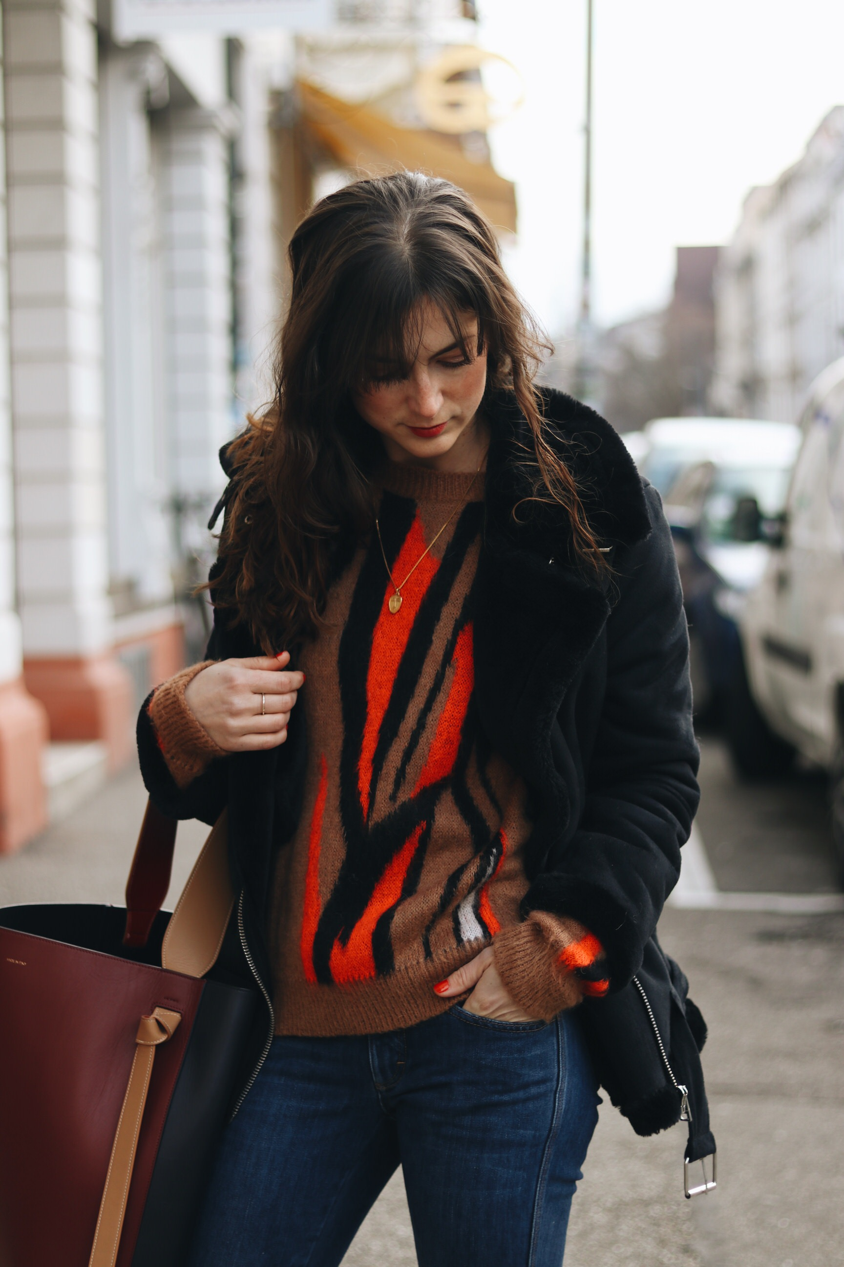 Outfit Modebloggerin Winter Strickpullover kombinieren Ideen Felljacke schwarz