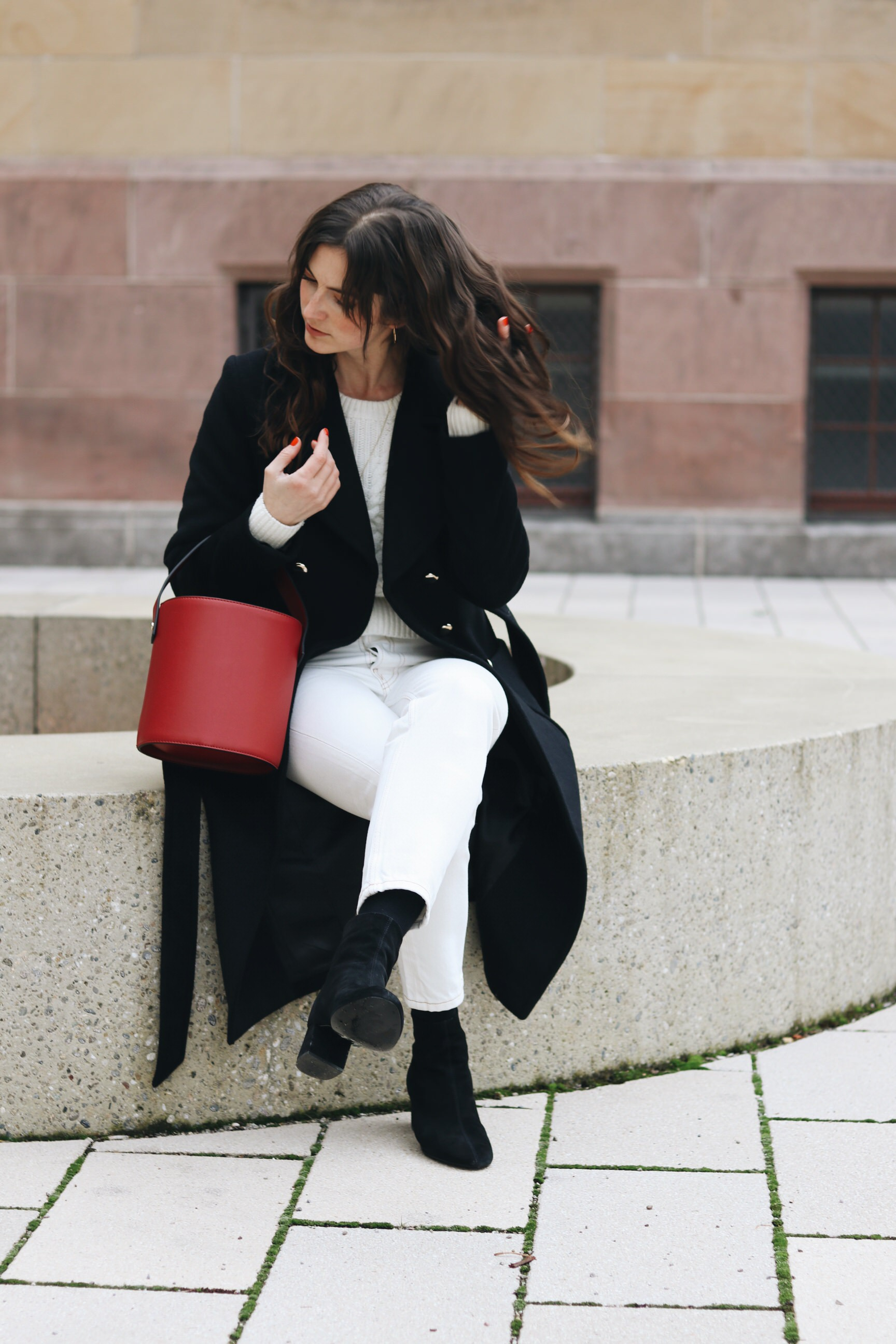 french Chic Outfit all white Look bucket bag rot schwarz Wintermantel Strickpullover weiss Winter
