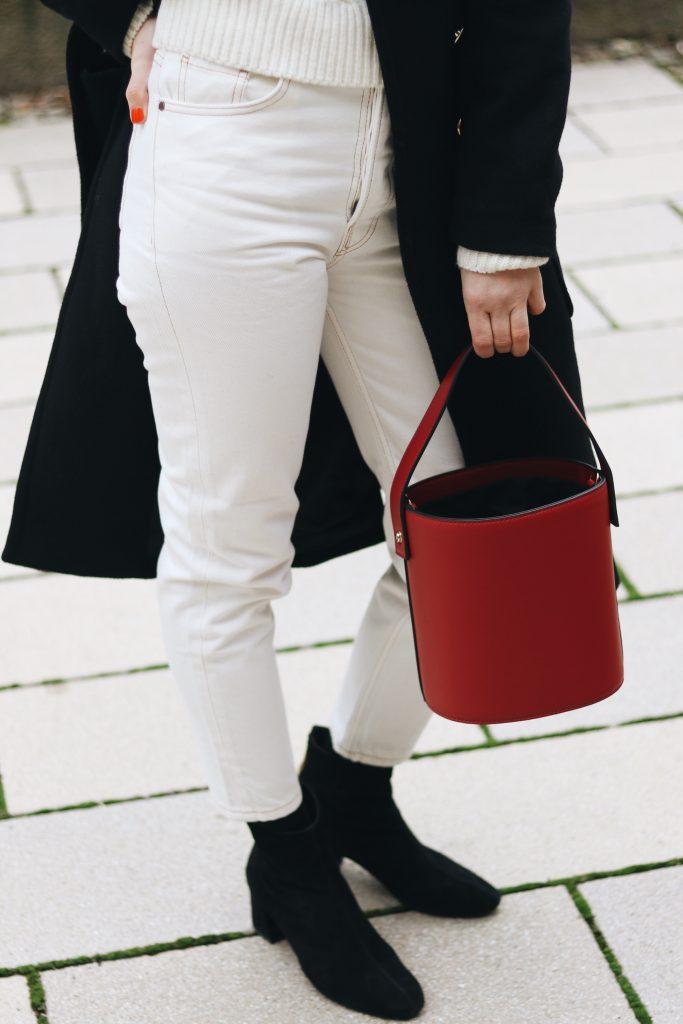 weisse High Waist Jeans kombinieren Strickpullover- Stiefeletten schwarz bucket bag blog Modeblog