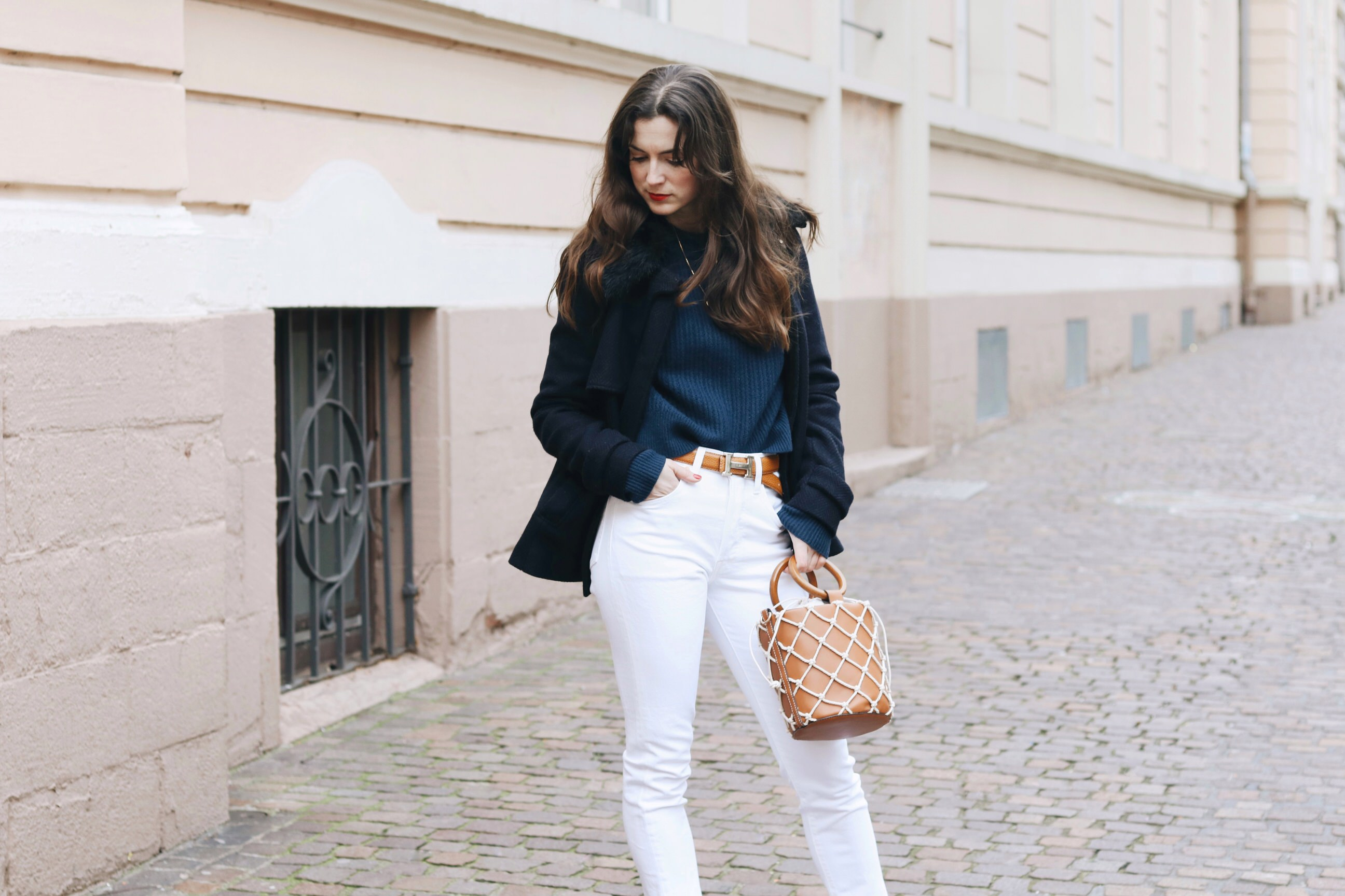 Modeblog Outfit Streetstyle Winter look Top 10 deutsch caban Jacke ring bag Mom Jeans weiss hermes Guertel Neele Modebloggerin