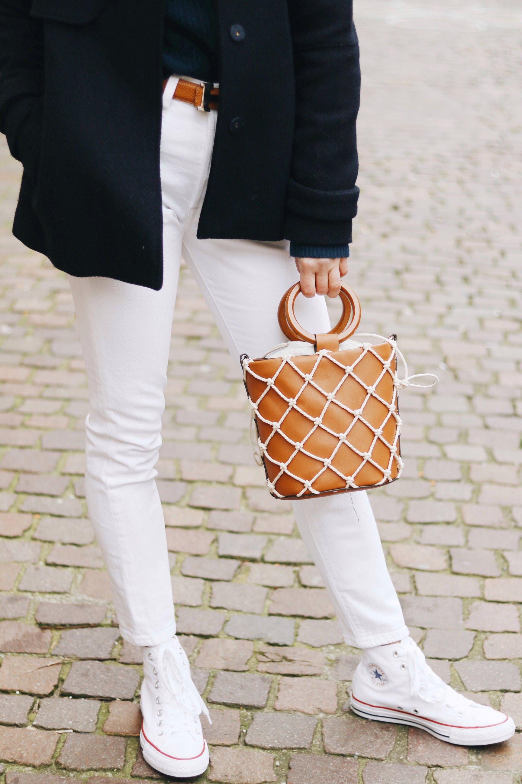 Mom Jeans weiss kombinieren Chucks Ring Bag Tasche braun Mango Outfit streetstyle Fashionblog Modeblog