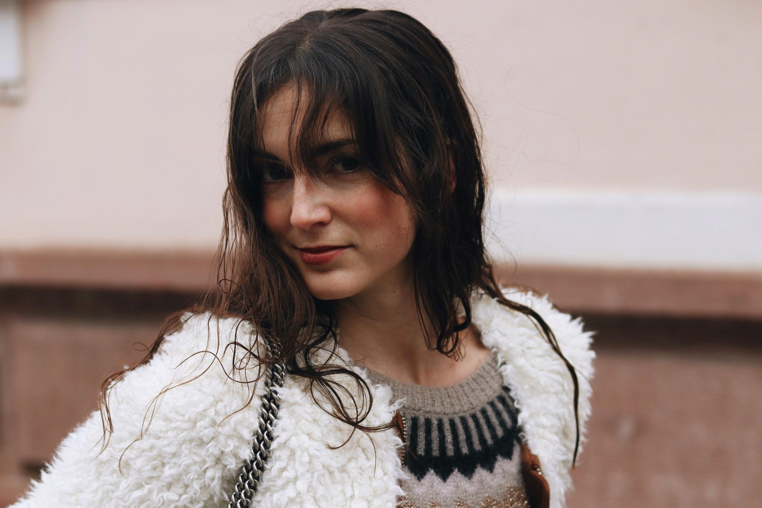Neele Modebloggerin aus Freiburg Deutschland Berlin Fashion Week Show Outfit Fake fur Jacke