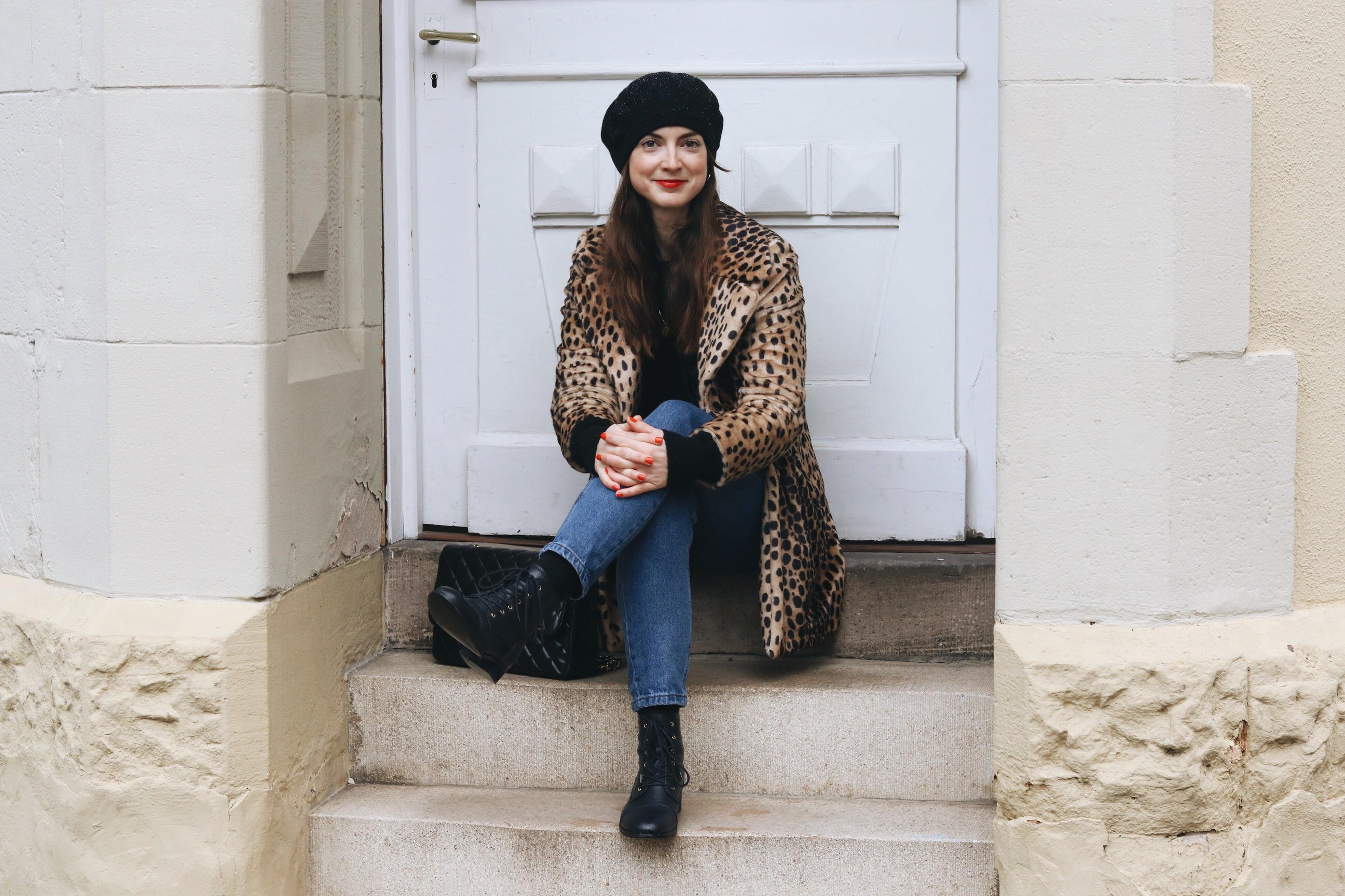 Neele Modebloggerin Freiburg Deutschland Top 10 Leomantel Outfit Winter kombinieren High Waist Jeans French Chic