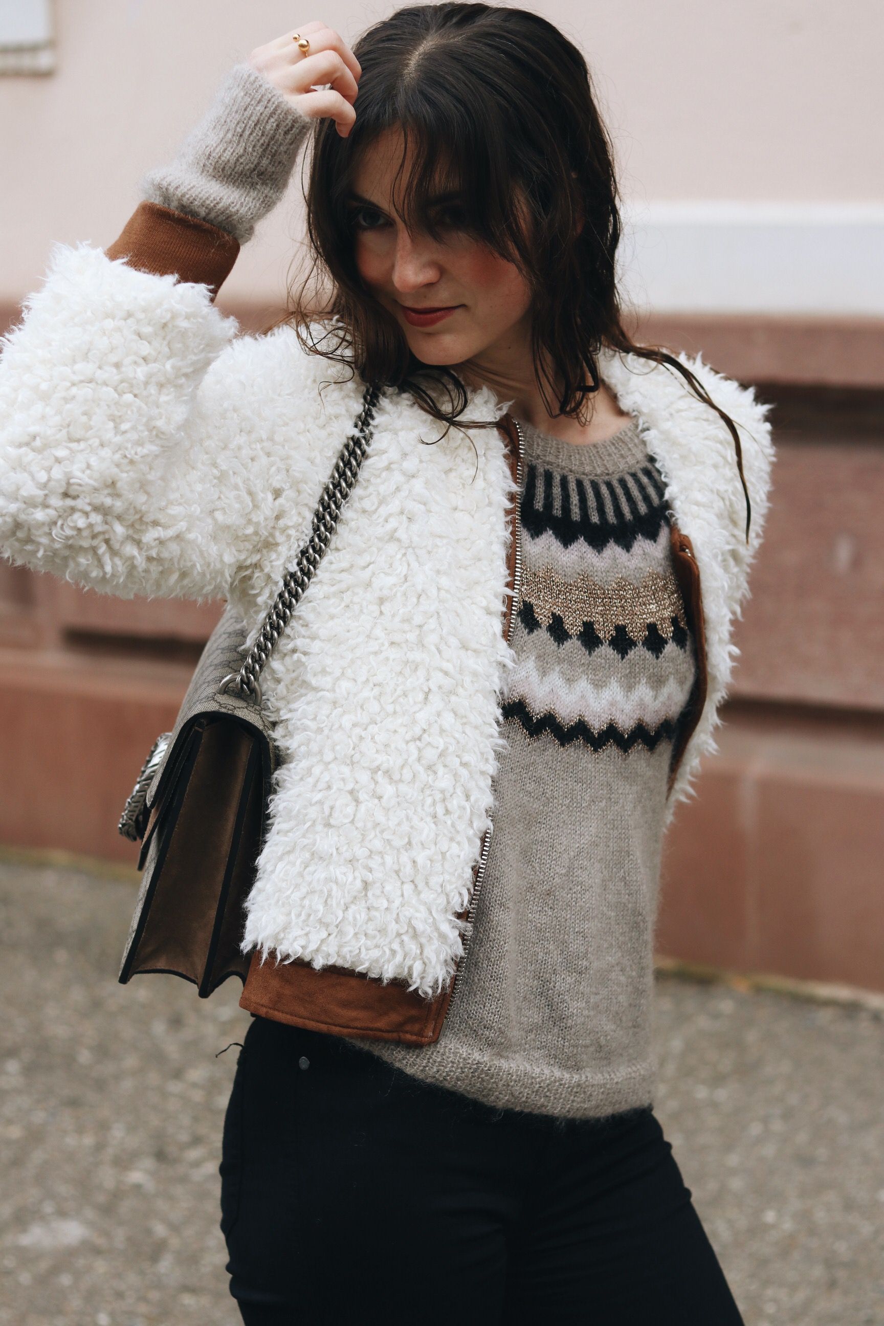 Norweger Pullover Damen kombinieren Fake Fur Felljacke Outfit Modeblog Streetstyle Instagram French Chic