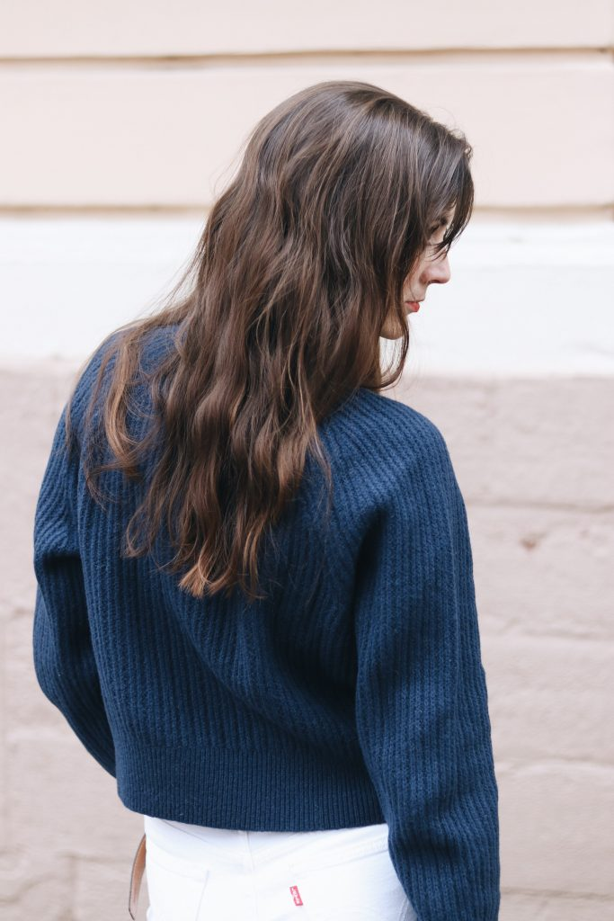 Winteroutfit Modeblog Blog Strickpullover blau kombinieren Mom Jeans Weiss Outfit Look