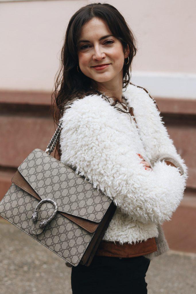 Gucci Tasche Modell Dionysus kaufen kombinieren Fake Fur Felljacke French Chic Outfit