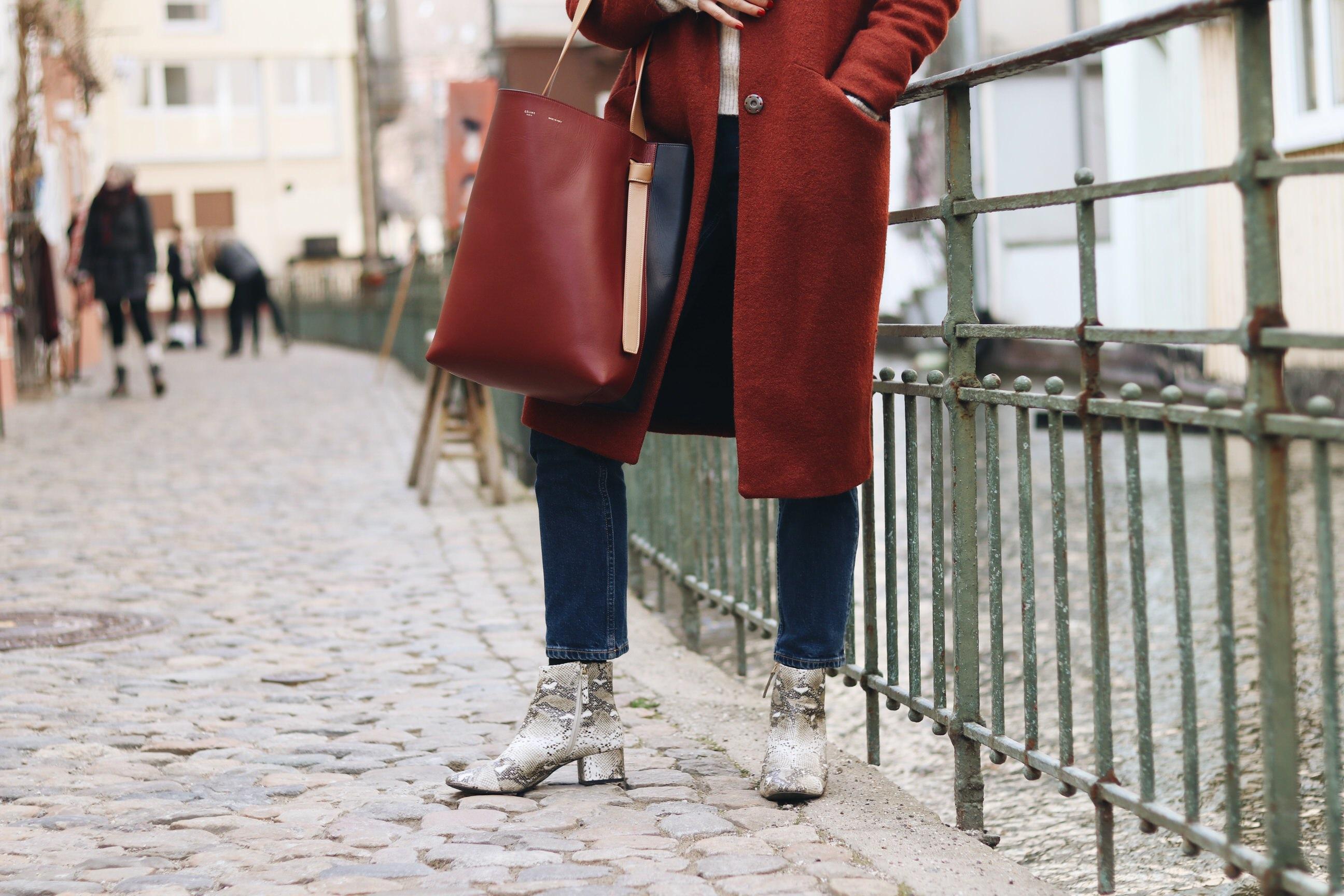 snake Print Stiefeletten Outfit Schuhtrends Modeblog Céline Tasche Winterlook Blog