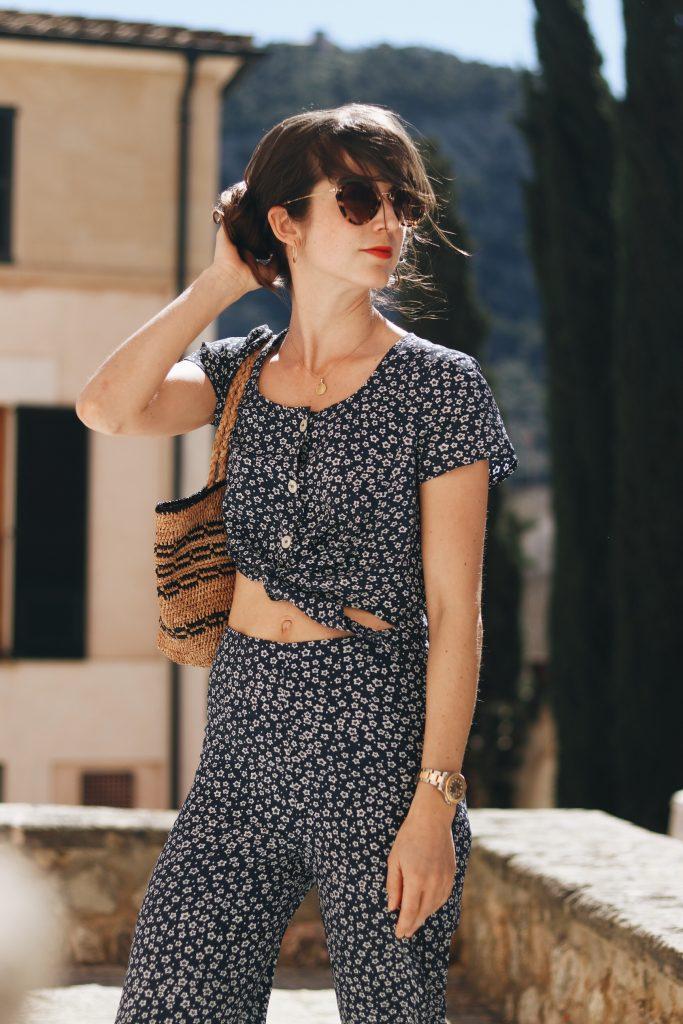 Blumenmuster Jumpsuit Blog Modeblog Outfit Sommer Mallorca Blog deutsch Korbtasche