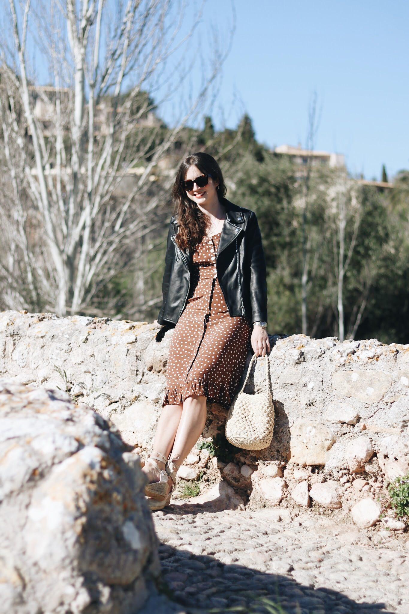 French Chic Polka Dots Midikleid Korbtasche Modetrends Modeblog deutsch Mallorca Reisetipps