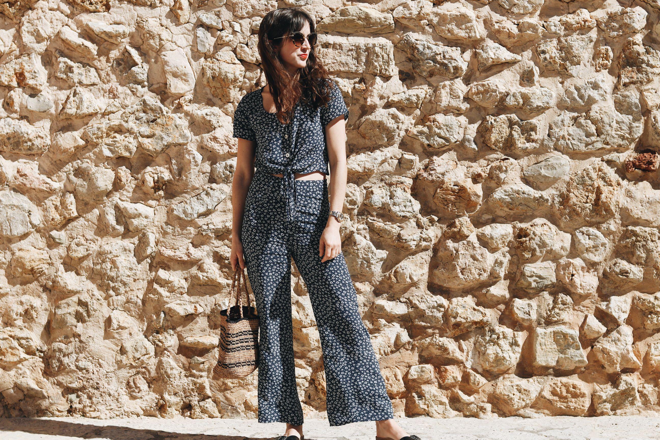 Mallorca Modeblog Blumenmuster Outfit Jumpsuit Sommerlook Korbtasche Miu Miu Sonnenbrille Neele Modebloggerin