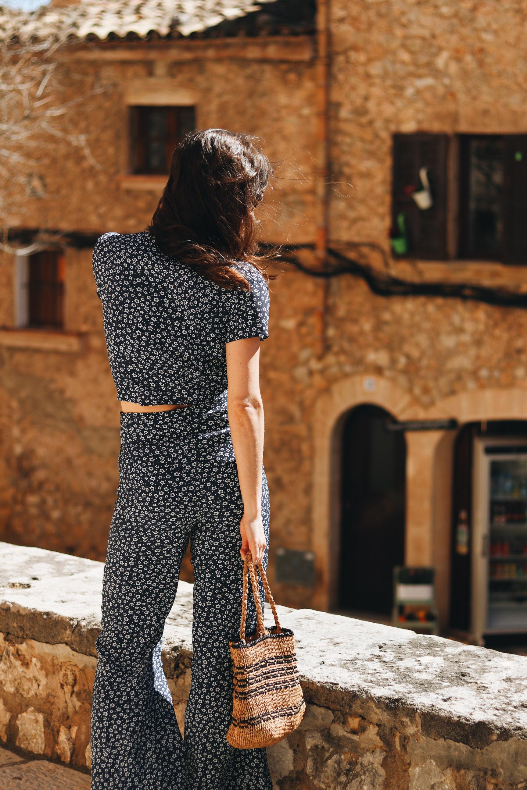 Mallorca Modeblog Outfit french chic Korbtasche Blumenmuster Kleid