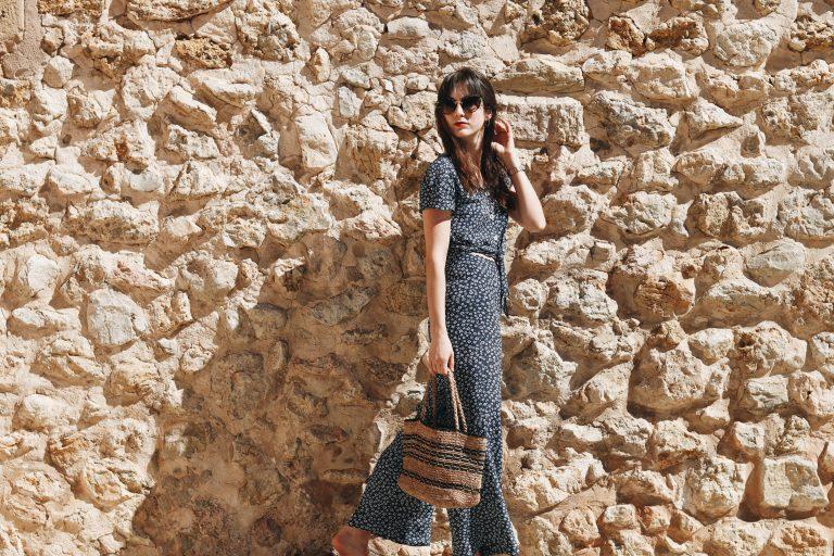 Modeblog Mallorca Outfit deutsche Modebloggerin Neele Blumenmuster Jumpsuit Korbtasche Blog French Chic