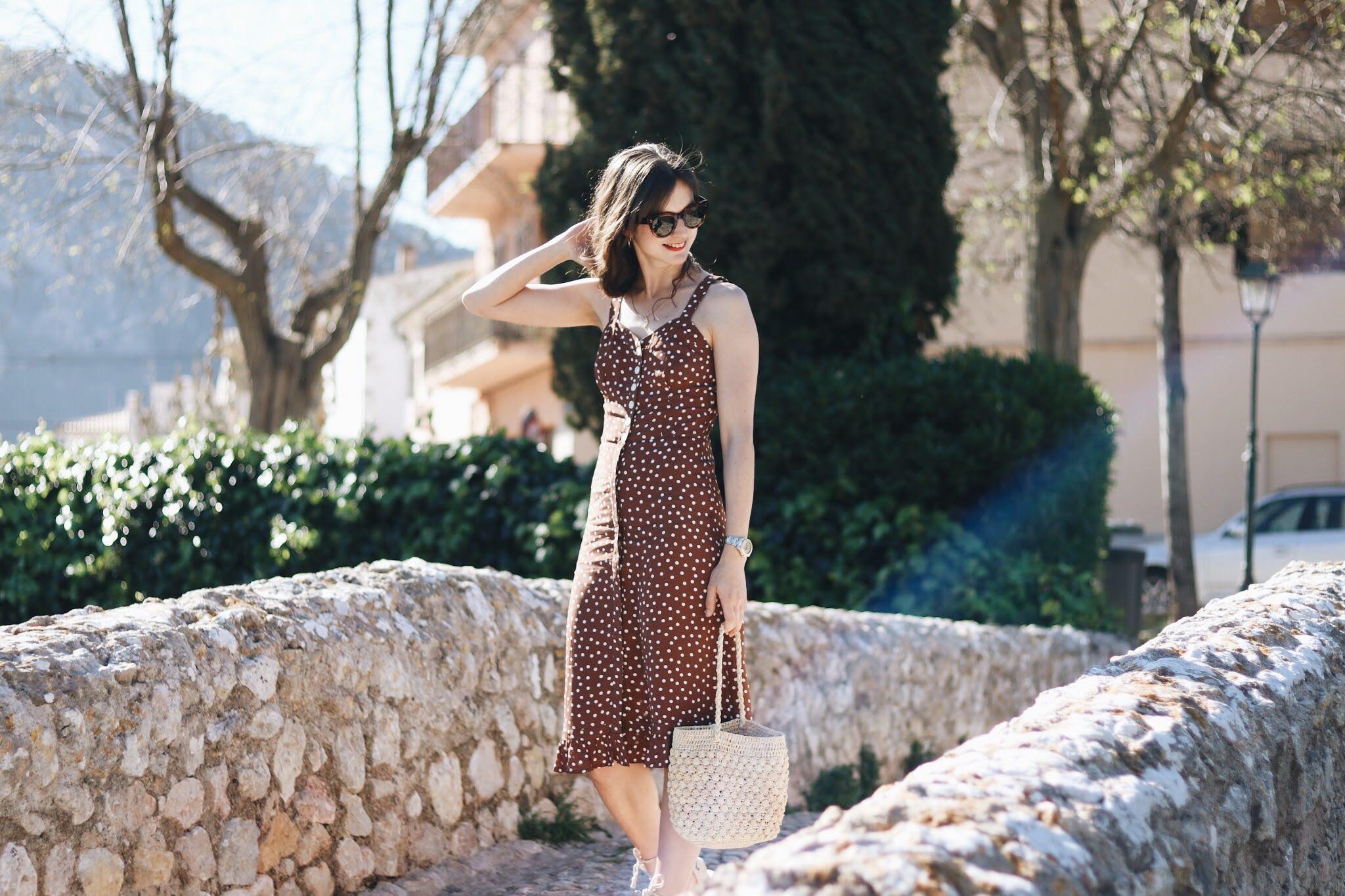 Modeblog Outfit Polka Dots Sommerkleid French Chic Korbtasche Modetrends 2018 Celine Sonnenbrille Mallorca deutsch Freiburg Bloggerin