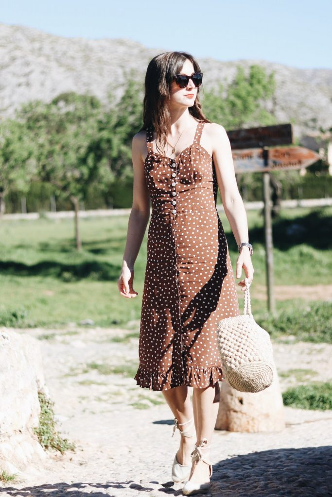 Modeblog Outfit Streetstyle deutsch Mallorca Insel Sommer Polka Dots Korbtasche