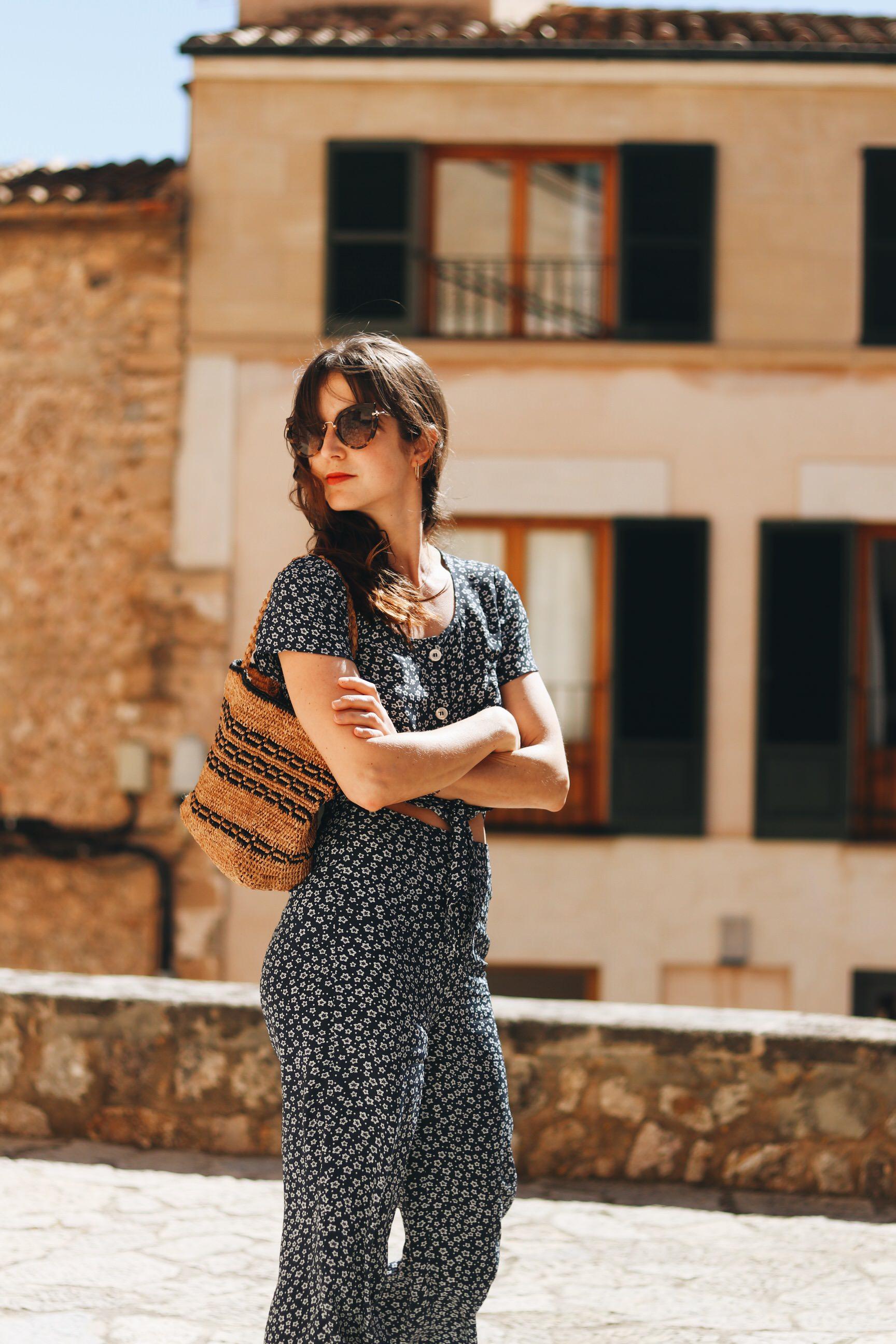 Blumenmuster Jumpsuit Zweiteiler Korbtasche Miu Miu Sonnenbrille Blog Outfit Mallorca