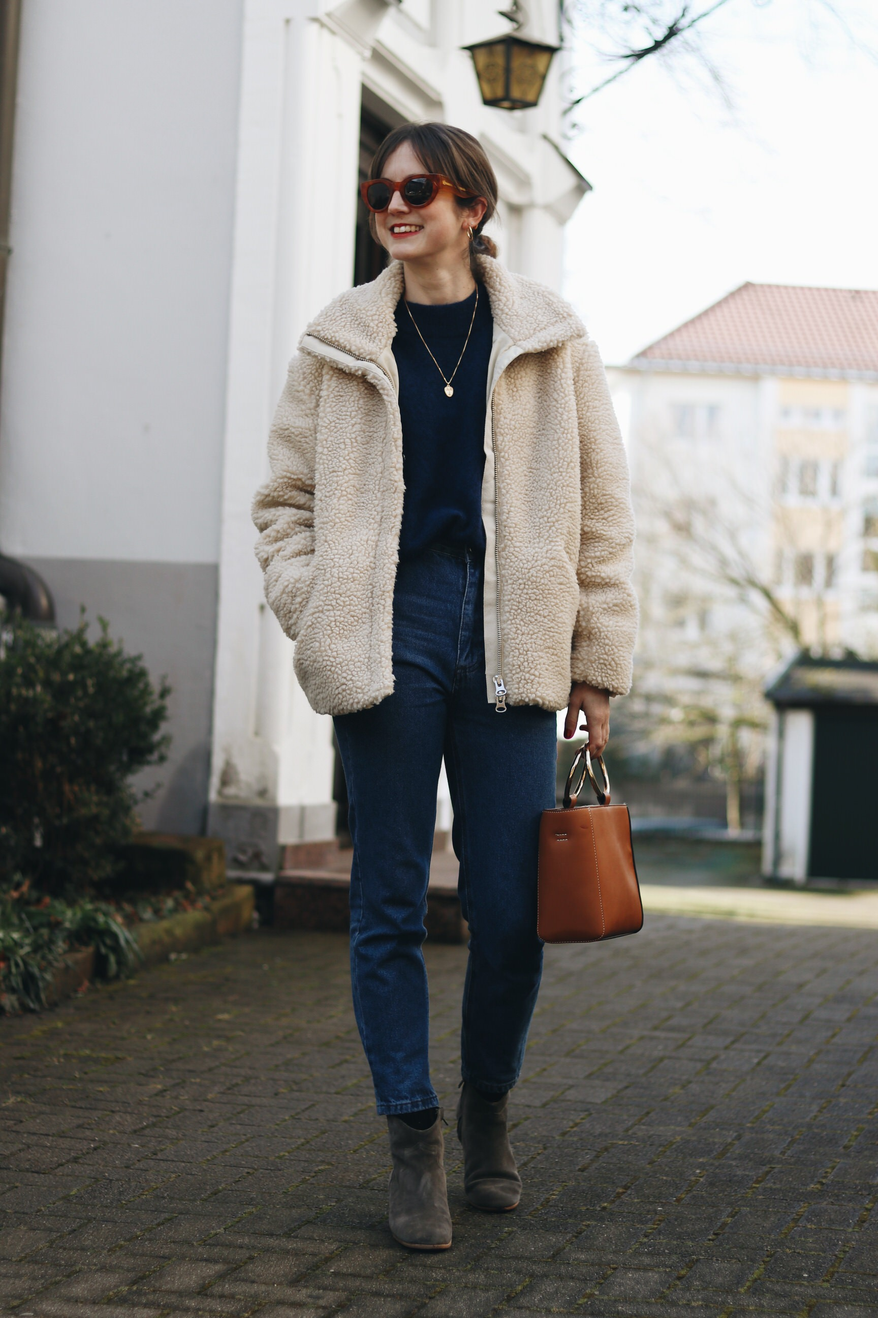 Fake fur Shearling Jacke Winteroutfit Mom Jeans Ring Bag Celine Sonnebrille