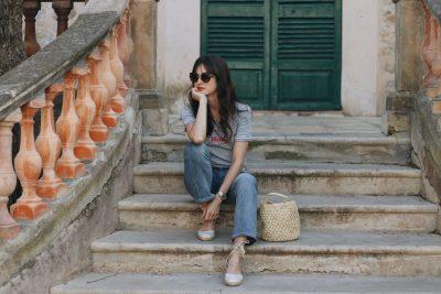French Chic Modeblog Outfit Streetstyle Streifen Korbtasche Kick Flare Jeans Modebloggerin deutsch Miu Miu Sonnenbrille