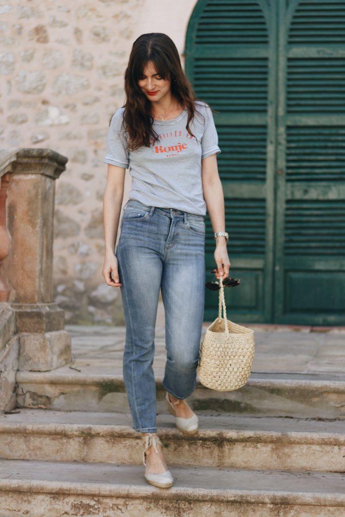 Kick Flare Jeans kombinieren Streifen Oberteil Sommer freuhling Outfit Korbtasche