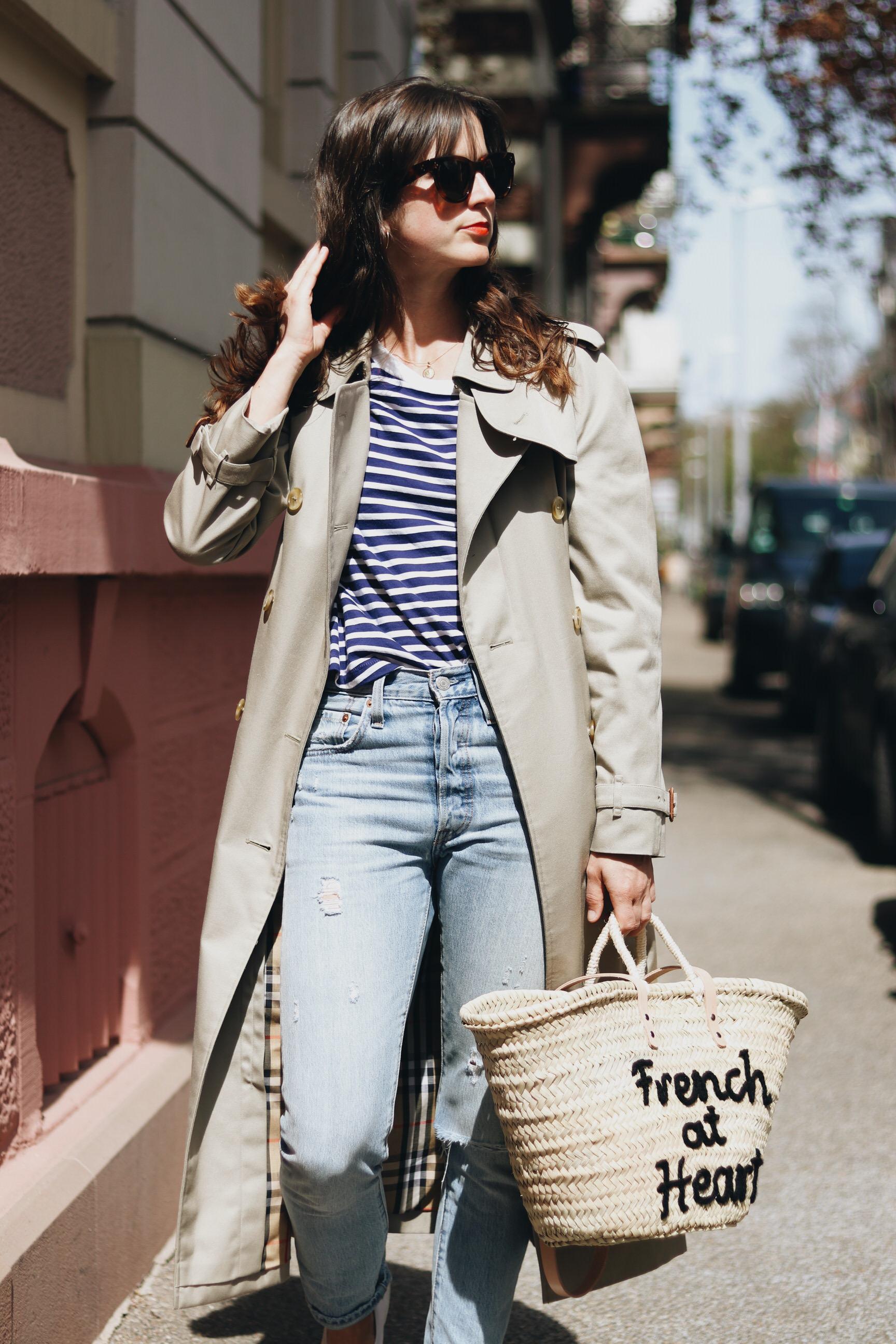 Blog Outfit Korbtasche Trenchcoat Streifen Mom Jeans Fruehling Modetrends