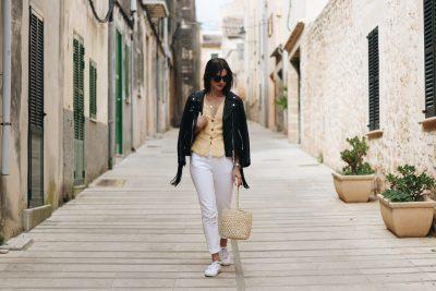 Modeblog Outfit Streetstyle Sommer all white Look Gelb kombinieren Korbtasche Lederjacke Fransen Modetrends 2018 Top 10