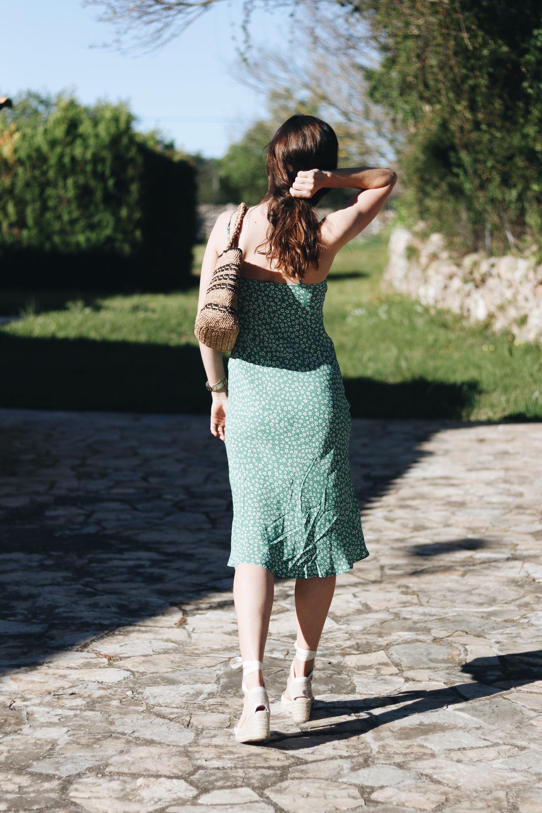 Blumenmuster Sommerkleid gruen Espadrilles Korbtasche kombinieren Outfitideen Blog