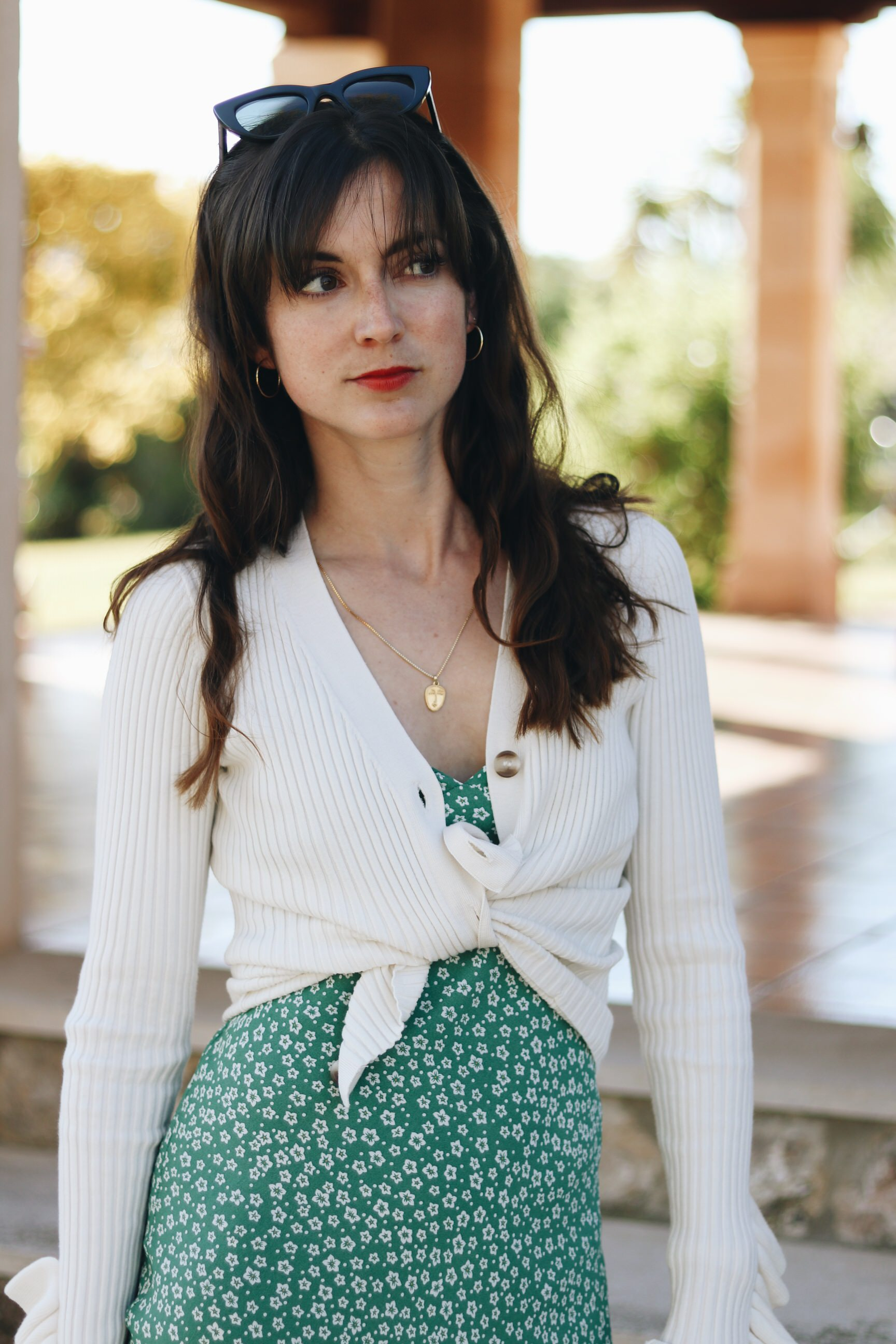Cardigan weiss kombinieren Blumenmuster Outfit Modebloggerin Neele Freiburg