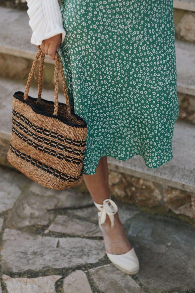 Espadrilles Schuhe kaufen Blumenmuster Kleid Korbtasche kombinieren Blog Fashion Outfit