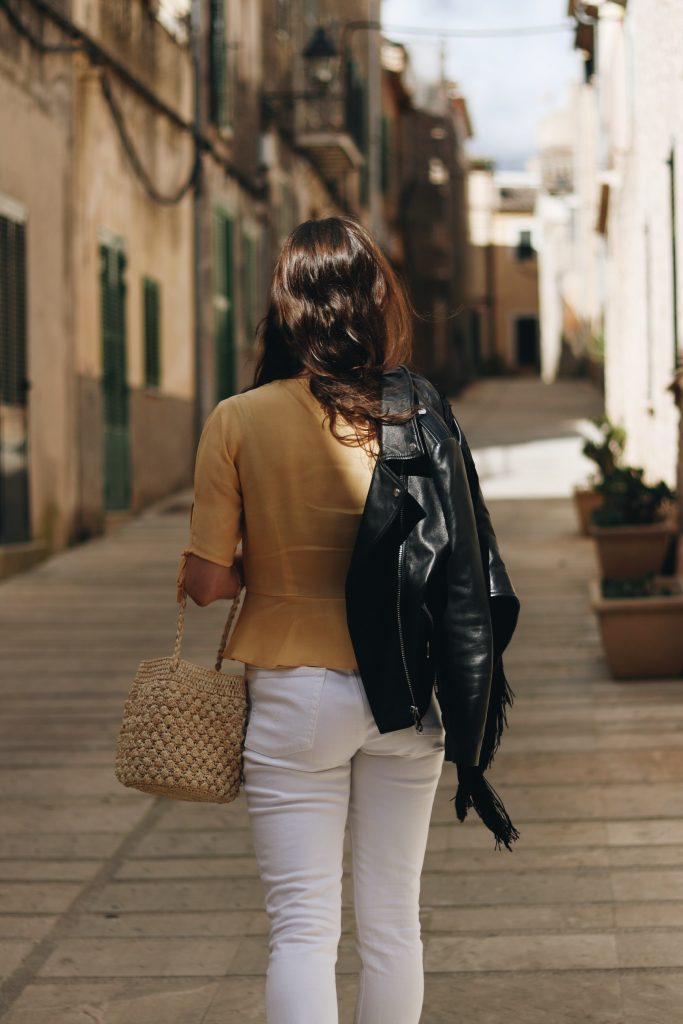 gelbes Oberteil kombinieren weisse Jeans Korbtasche Modebloggerin Modeblog Neele deutsch Mallorca Outfit