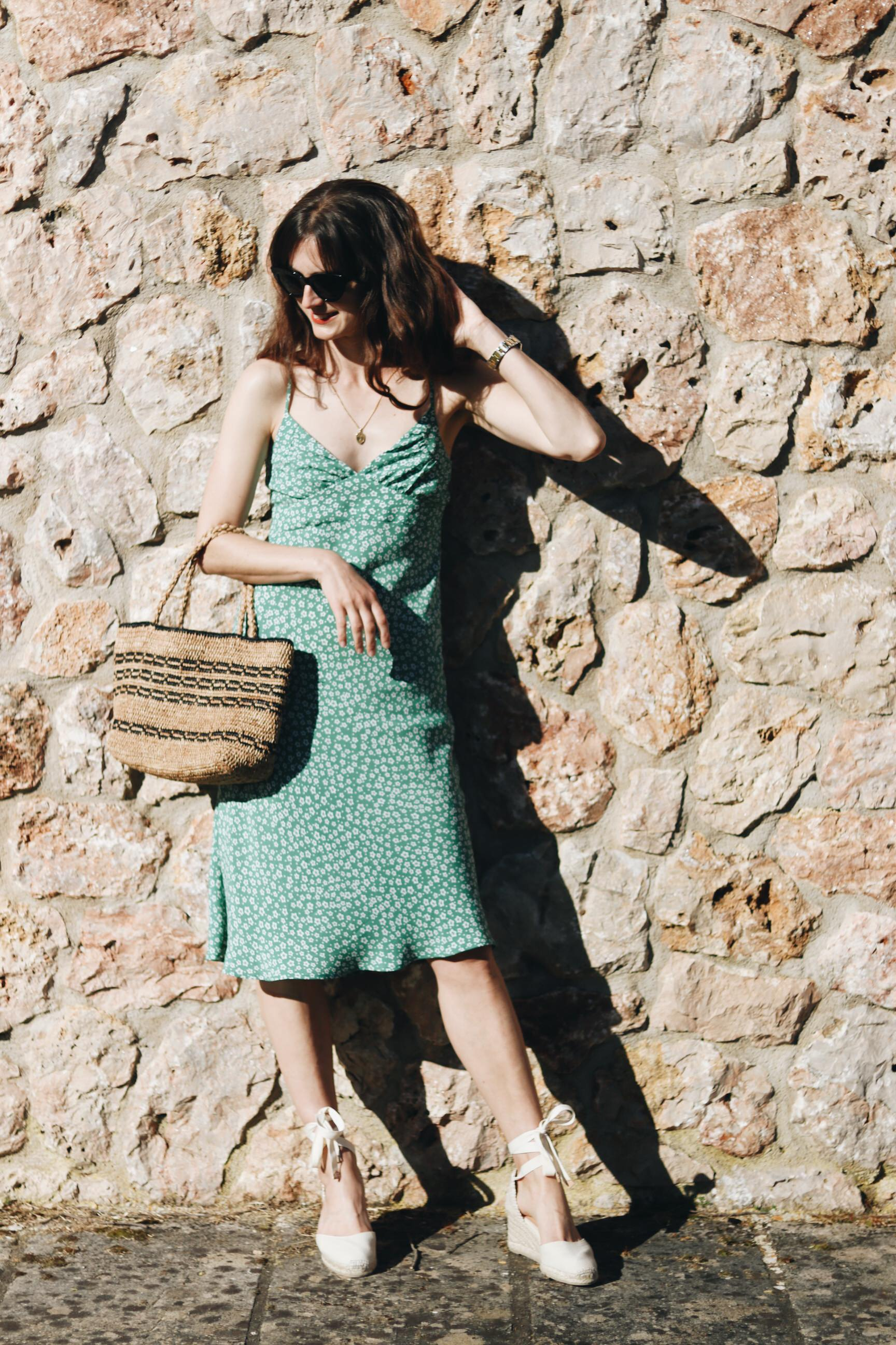 Sommeroutfit Blog Bloggerin Outfit Blumenmuster Korbtasche Espadrilles
