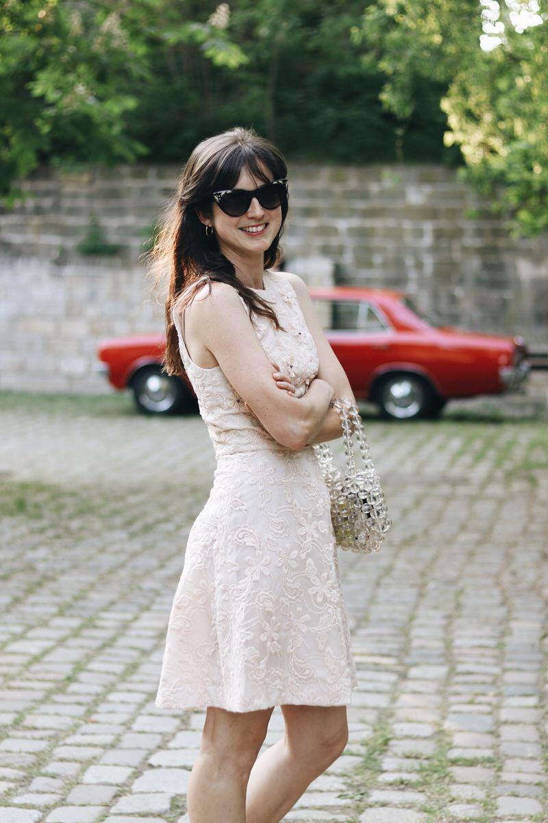 Gucci Sonnenbrille Spitzenkleid Hochzeitsgast Outfit Frauen Spitzenkleid Pastell Modeblog