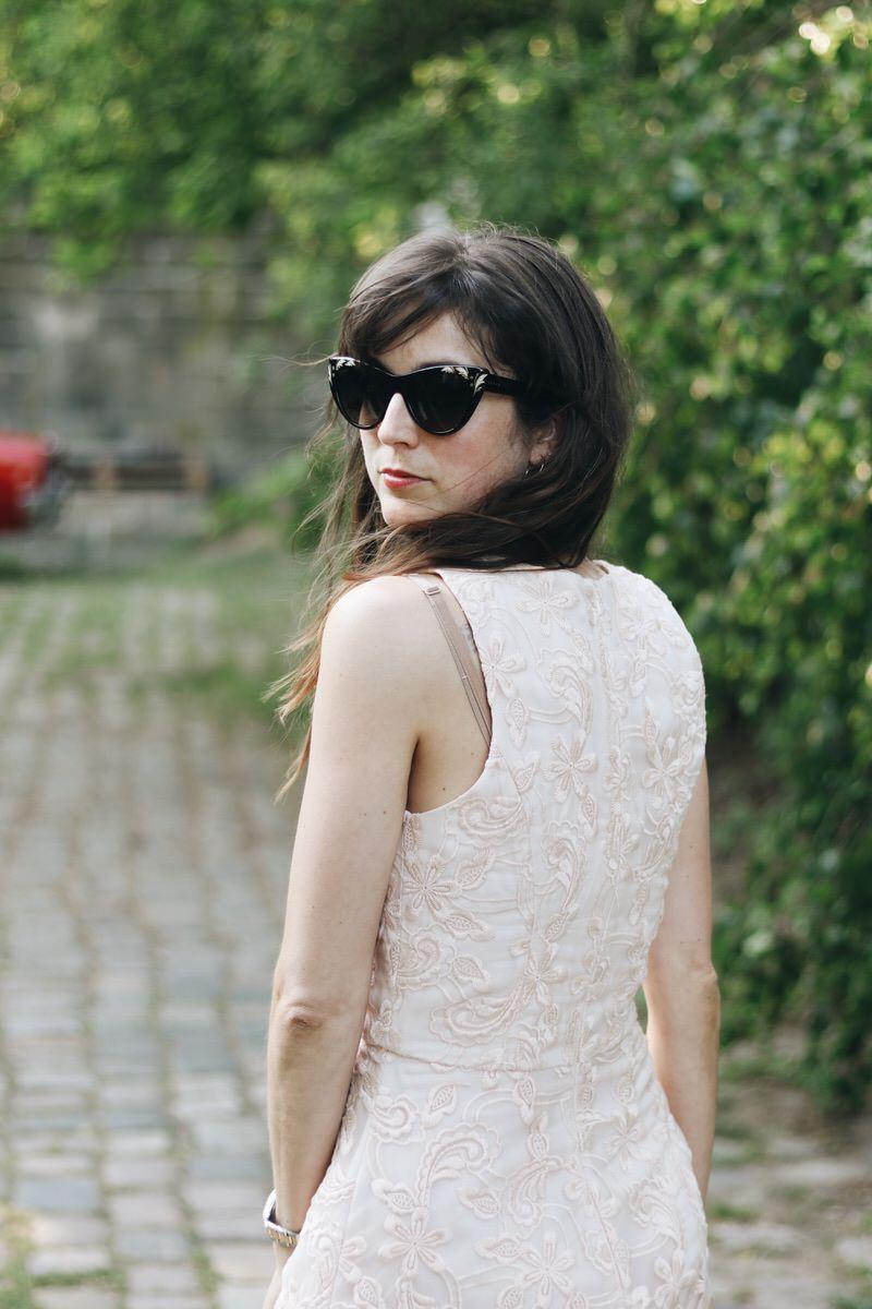 Hochzeitsgast Brautjungferoutfit Spitzenkleid Pastellfarben Gucci Sonnenbrille Fashionblog Neele