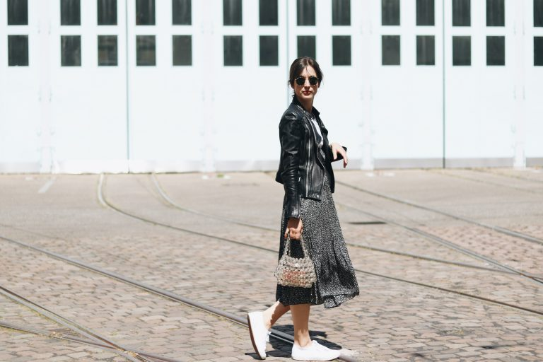 Modeblog French Chic Outfit Streetstyle Blumenmuster Perlentasche Taschentrends Top 10 Sommer Look