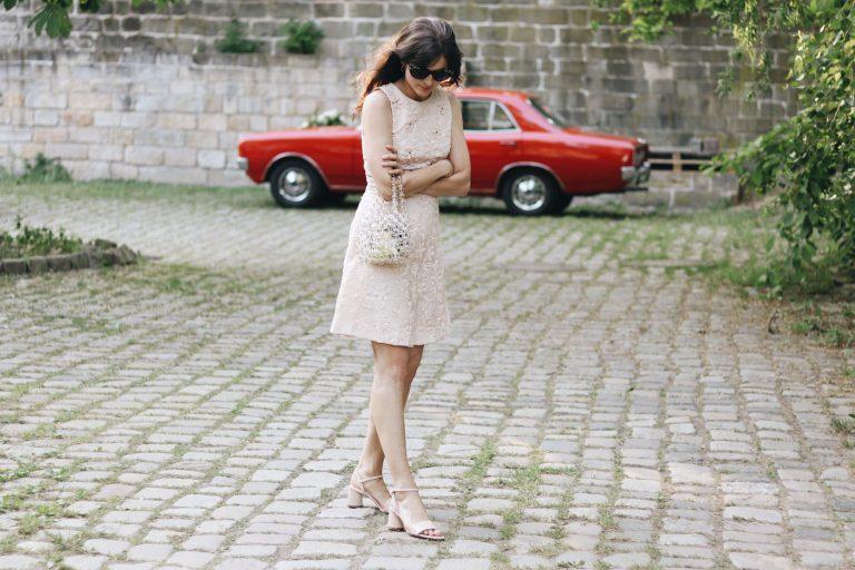 Modeblog Outfit Modetrends Pastellfarben Hochzeitsgast Outfit Partylook Perlenhandtasche Lackschuhe Fashionblog Spitzenkleid