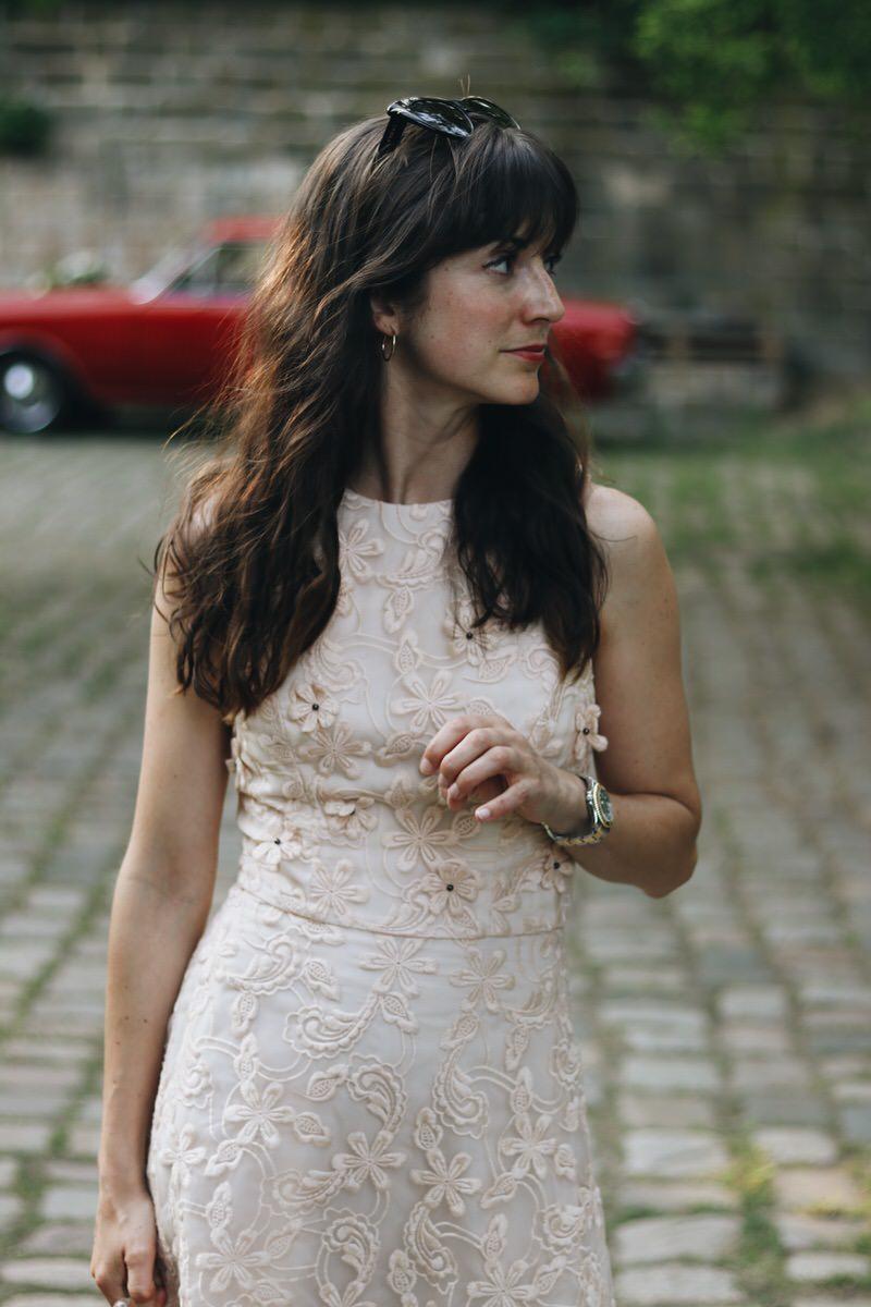 Neele Modebloggerin in Dresden Spitzenkleid Pastellfarben