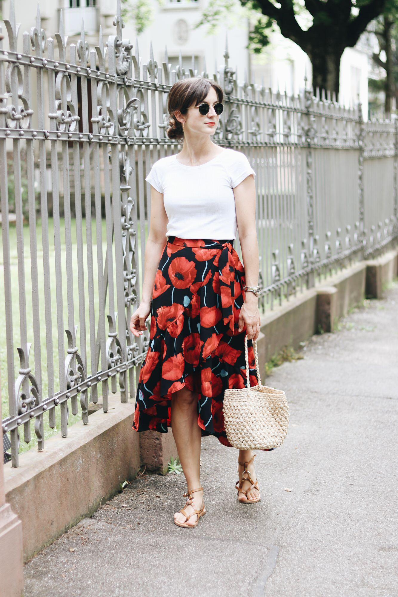 Streetstyle auf meinem Modeblog mit Wickelrock Blumenprint weißem T-Shirt und Korbtasche Ray Ban und Sandalen Rouje