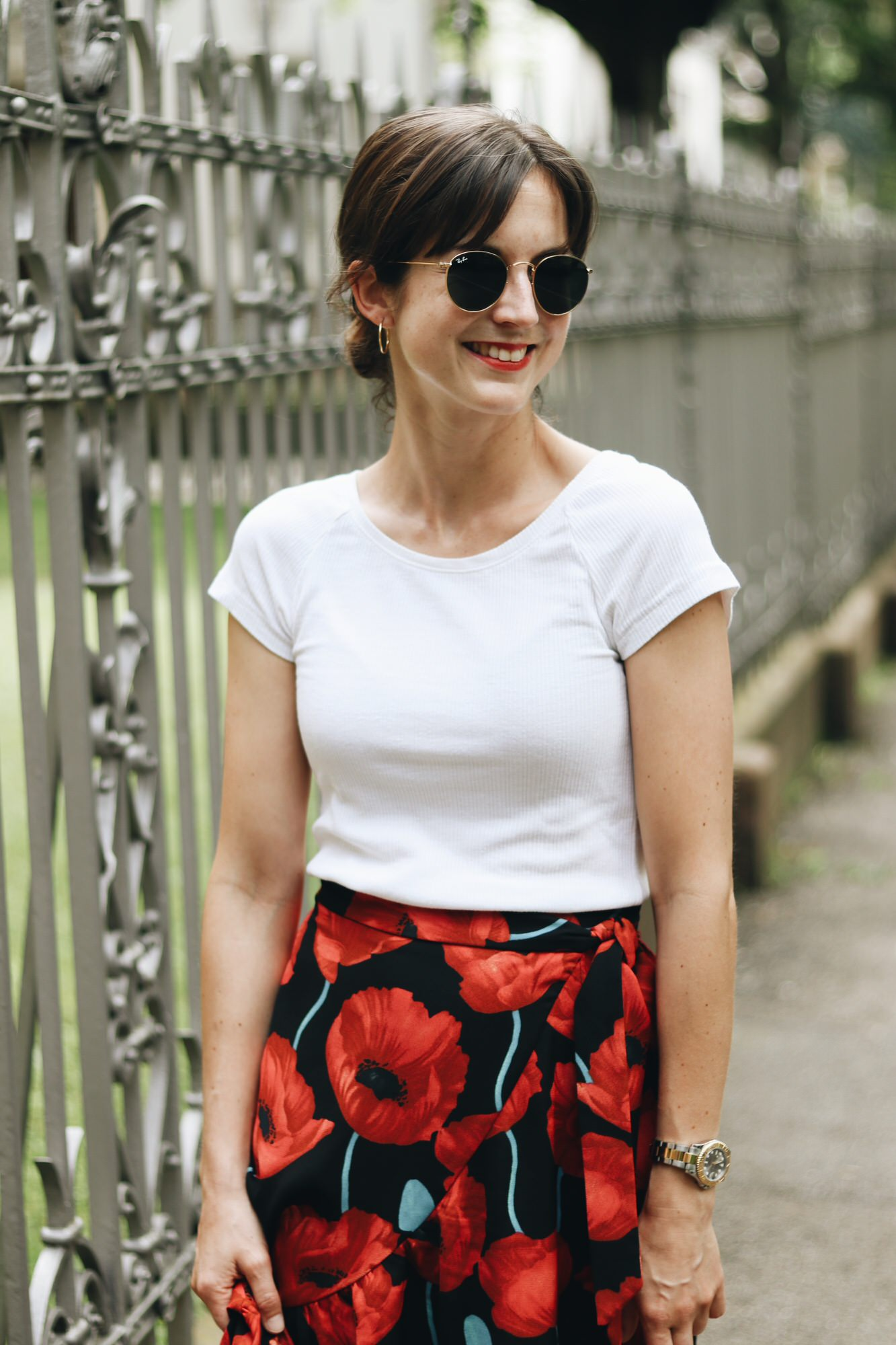 Ich trage Round Metal Ray Ban und ein weißes T-Shirt Sommerlook auf meinem Modeblog