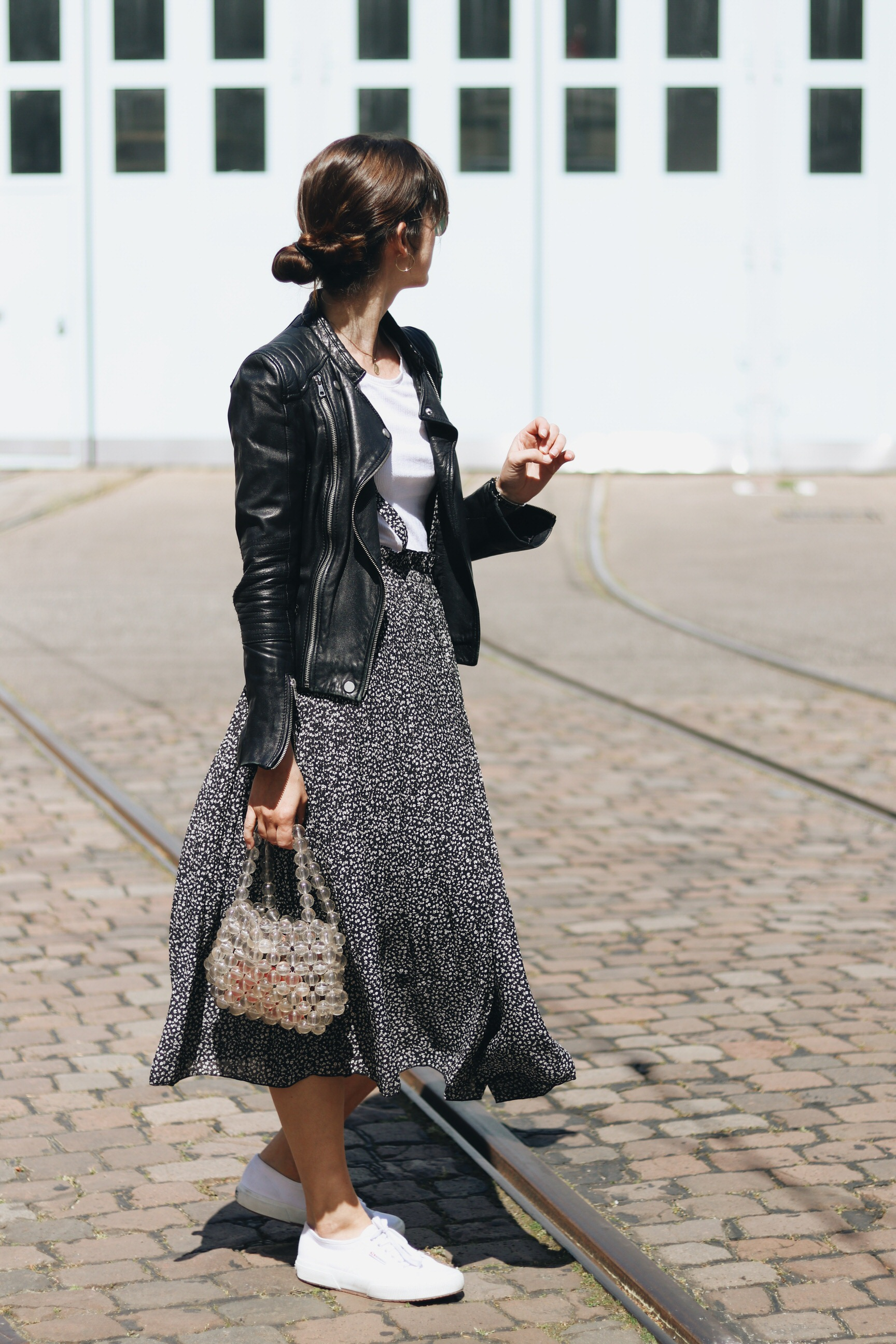 Blumenmuster Midirock Outfit Modebloggerin Perlentasche Taschentrends Neele