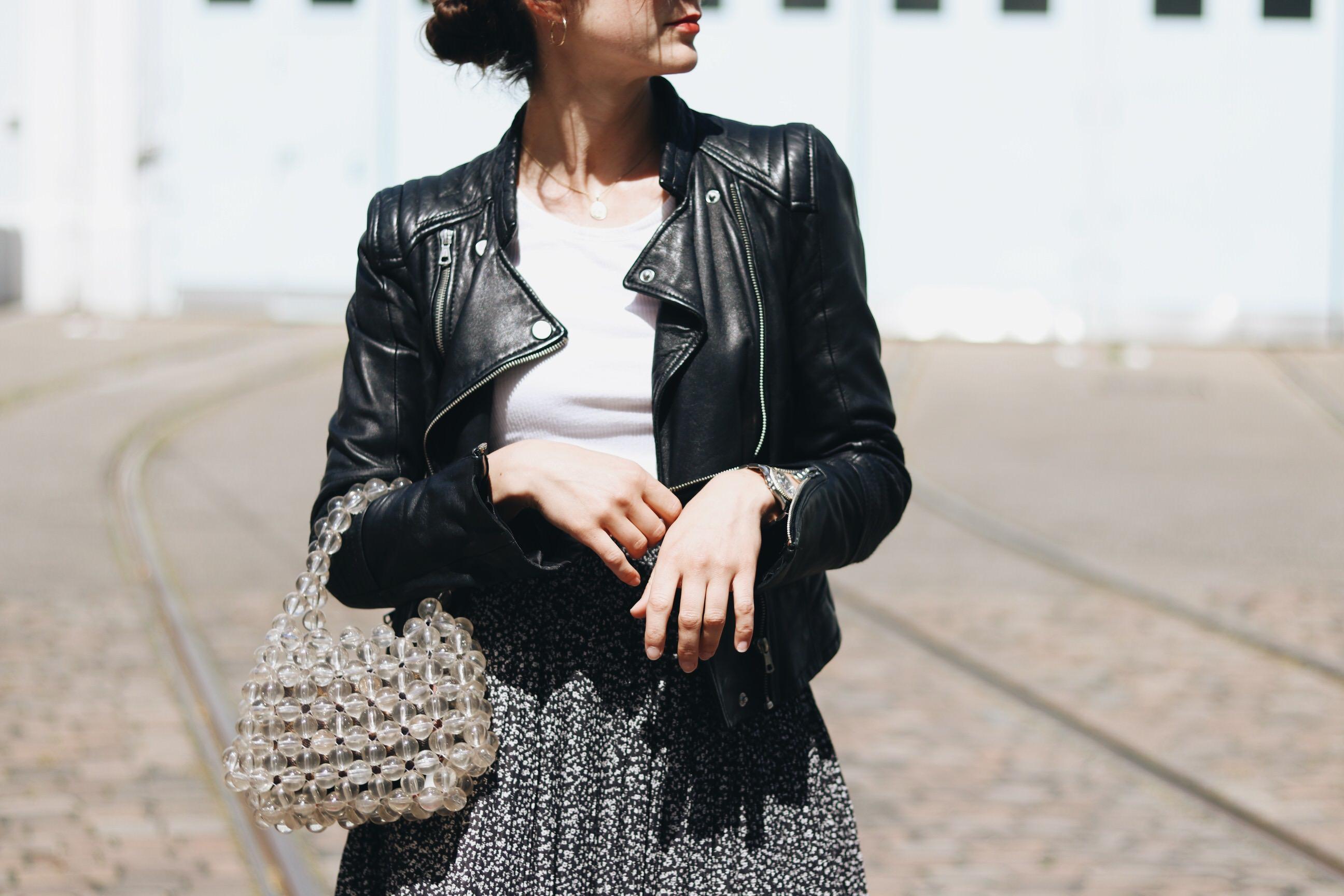 Perlentasche Blumenmuster Midirock French Chic Kleid