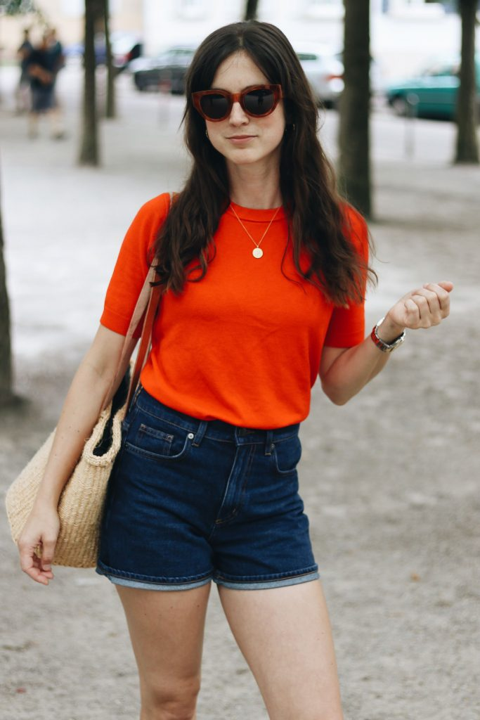 Celine Sonnenbrille Outfit rotes Top Jeansrock dunkelblau Korbtasche Outfit Sommer