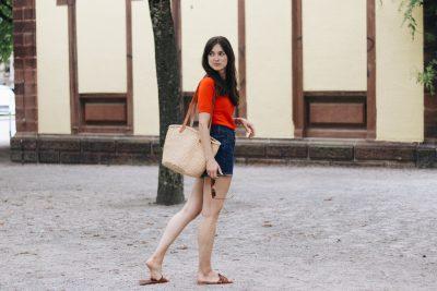 Modeblog Outfit Sommer Modebloggerin Neele rot Stricktop Jeansrock Korbtasche Mules Bloggerin