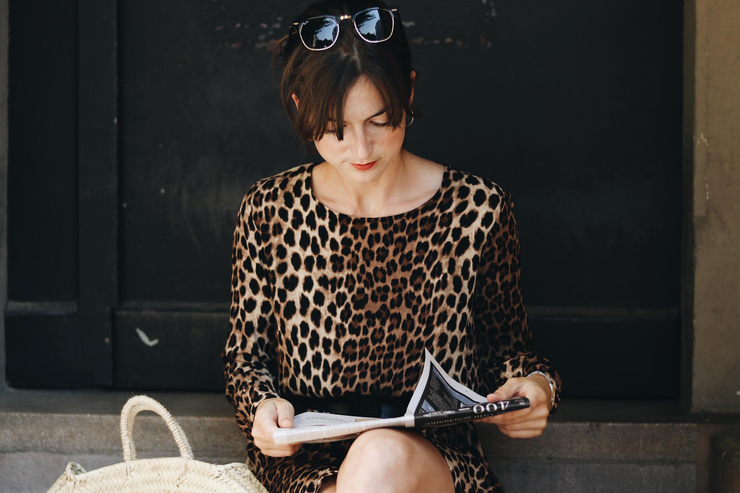 Leoprint Sommerkleid Kleid Leopardenmuster Outfit Modeblog Fashionblog Neele Rayban Sonnenbrille