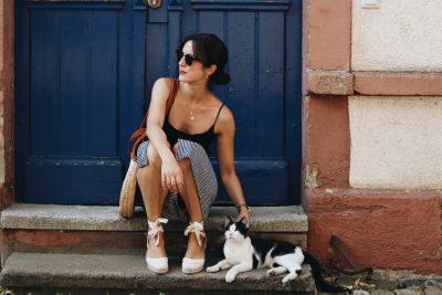 Modeblog Outfit french chic Sommer Neele Modebloggerin Fashion Blog deutsch vichy karo Karomuster Korbtasche Ray ban Sonnenbrille