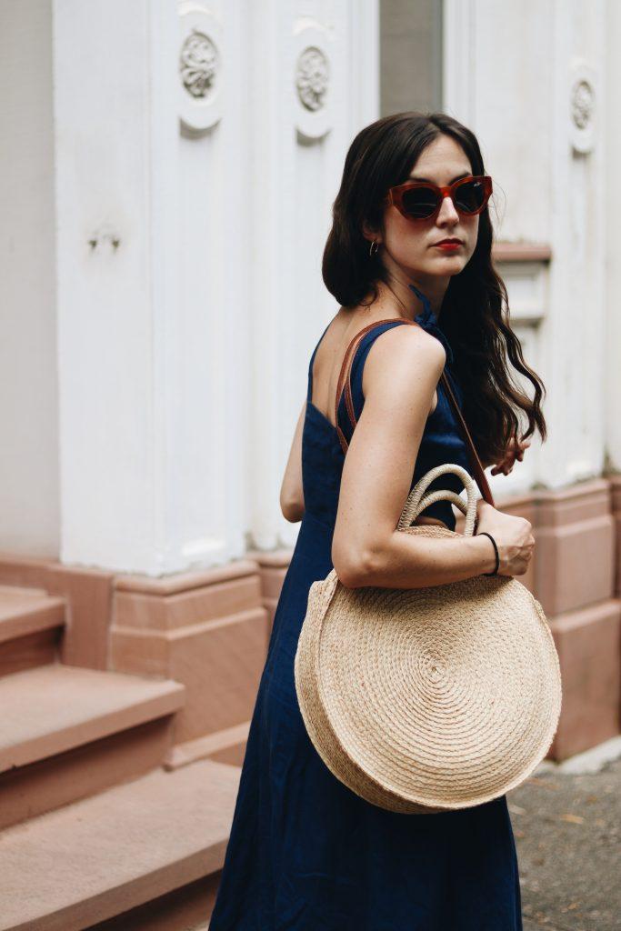 Modebloggerin Kleid Outfit Sommer Leinen blau Korbtasche Midi Cut Celine Sonnenbrille