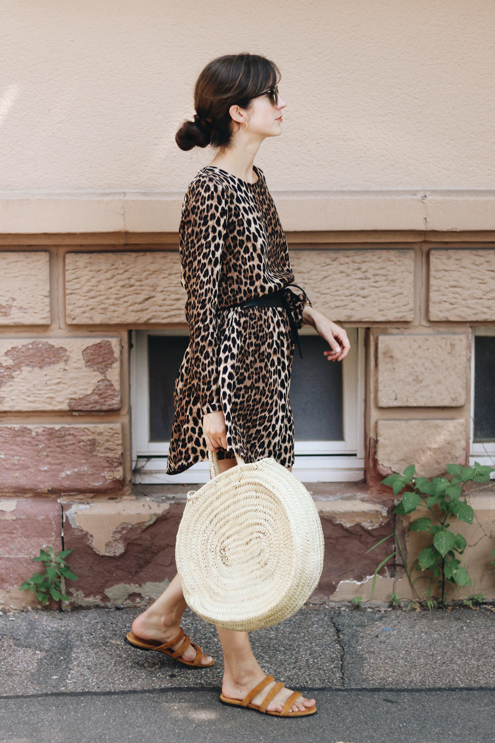 Modebloggerin Neele Outfit Streetstyle Leo Print Korbtsche Taschentrends Aeyde Sandalen Sommer
