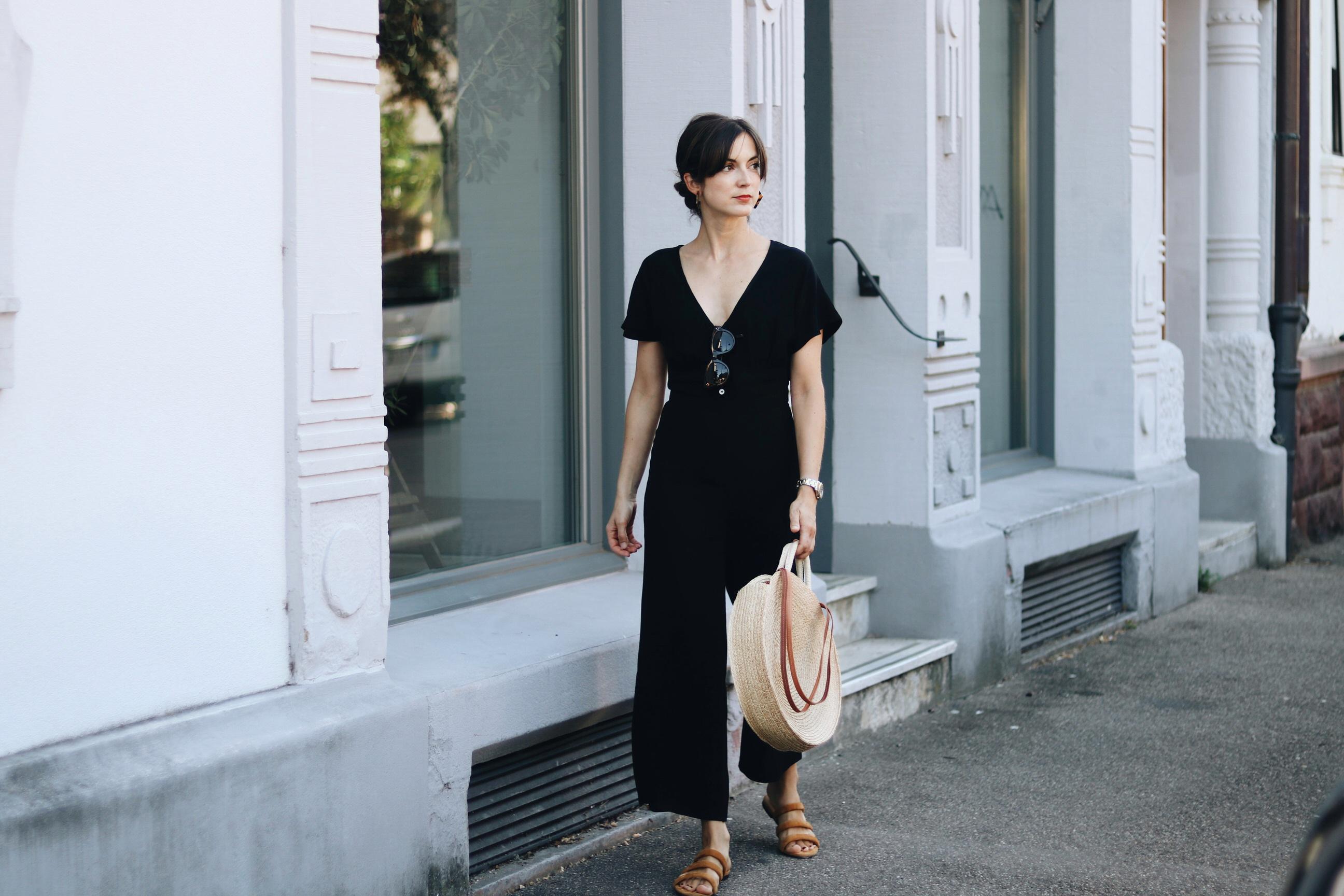 Modeblog Outfit French Chic Modebloggerin Neele Jumpsuit schwarz Klassiker Korbtasche rund Streetstyle Look Fashion